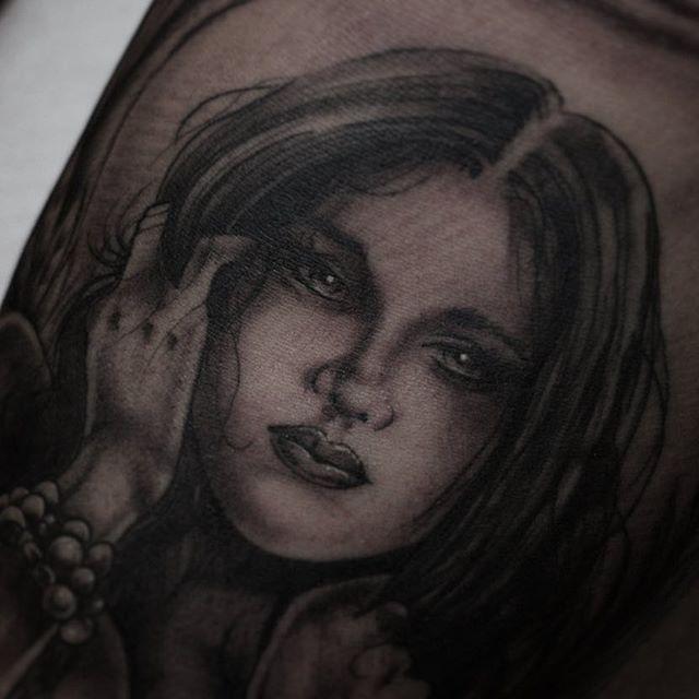 Close up! #tattoo #tattoos #girlface #girltattoo #pinup #chicano #chicanogirl #blackandgrey #greywash #magictattoostudio #utrecht #lekkerding