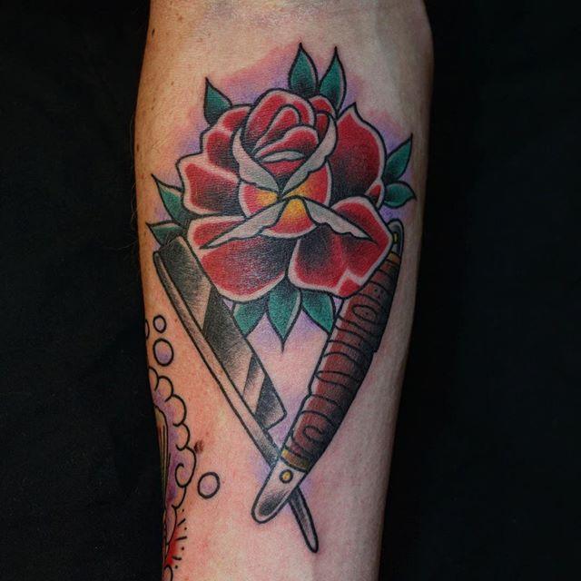 Thnxs @jord1983 ! Was top gozert! #tattoo #tattoos #rosetattoo #rose #barber #knife #razor #barberknife #realtraditional #oldschooltattoo #traditionaltattoo #bright_and_bold #boldwillhold #boldwillhold8 #magictattoostudio #utrecht